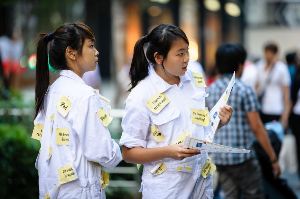 Street photography - Post-It girls