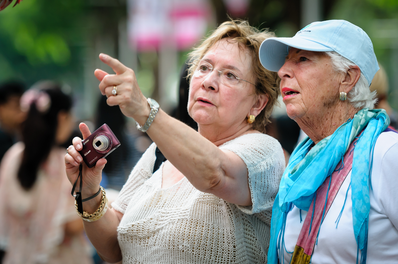 Street photography - Tourists looking at notable landmarks in Singapore
