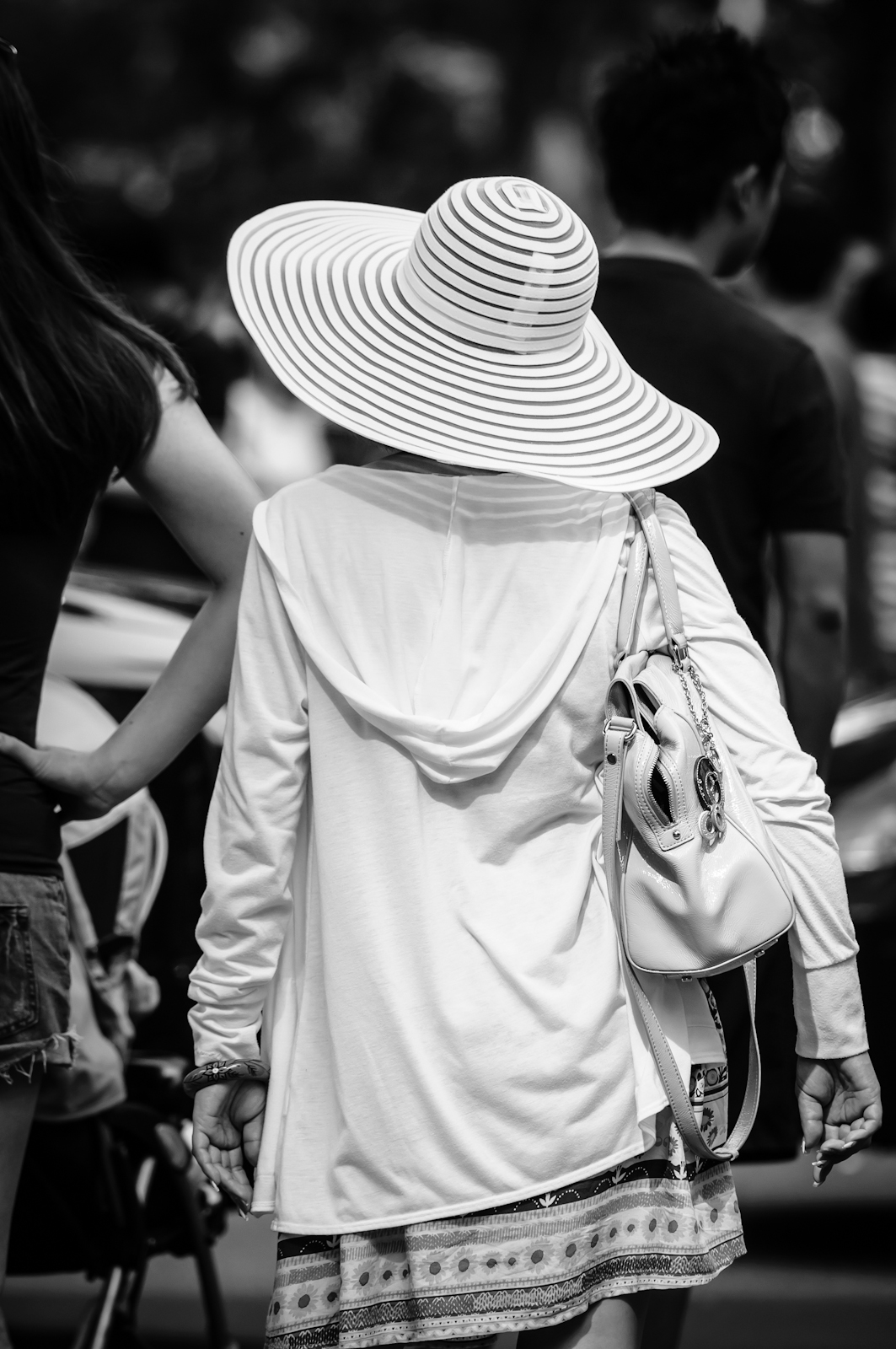 Street photography - Lady wearing a wide-brimmed hat